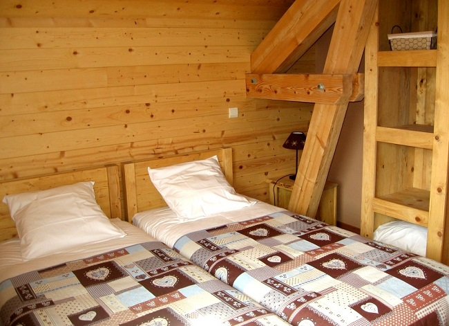 Chambre avec deux lits confortables