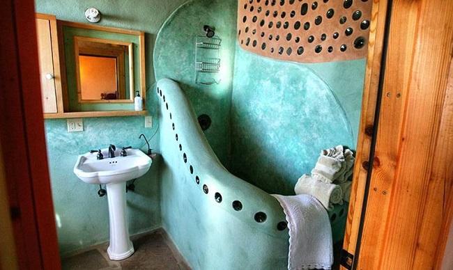 Salle de bain d'un earthship © Kirsten Jacobsen, Earthship Biotecture