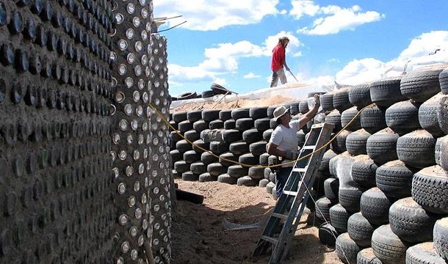 Construction d'un earthship © Kirsten Jacobsen, Earthship Biotecture