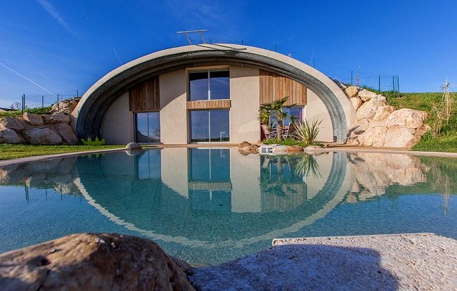 Une maison souterraine passive avec piscine © Naturadome