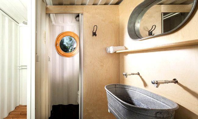Une salle de bain au design simpliste © Artikul Architects